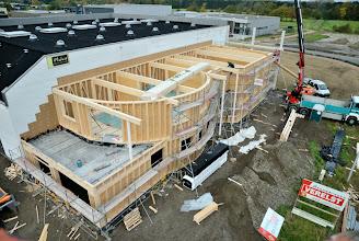Photo: 08-11-2012 © ervanofoto De eerste elementen voor het dak liggen klaar om geplaatst te worden.