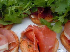 Photo: pain tomaté au jambon serrano