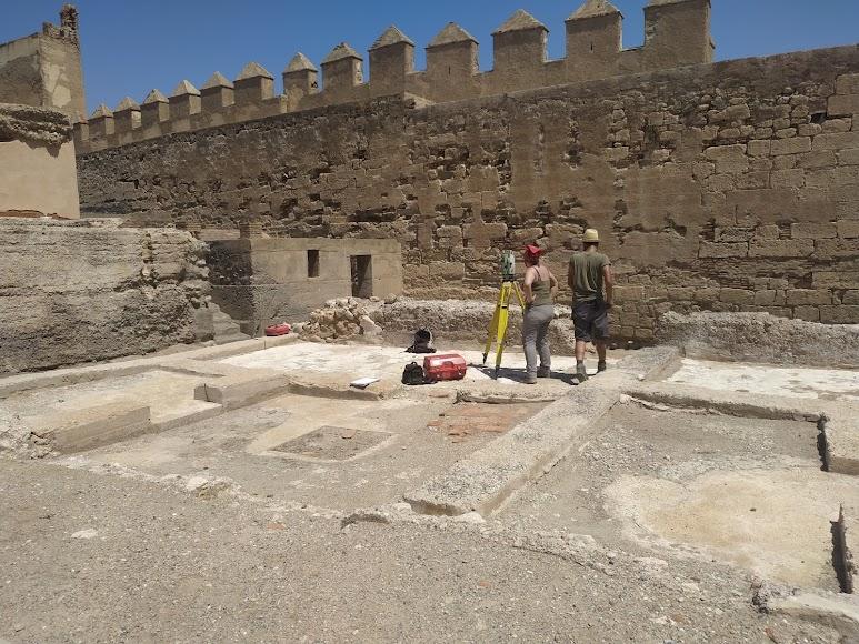 Excavaciones arqueológicas en marcha junto a la muralla norte en el segundo recinto