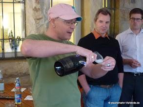 Photo: Ralf Schulz, Inhaber des traditionsreichen Weinhaus Beck am Tübinger Marktplatz, führt in die Hohe Kunst des Weingenießens ein ... mit dem Einschenken fängt ales an.