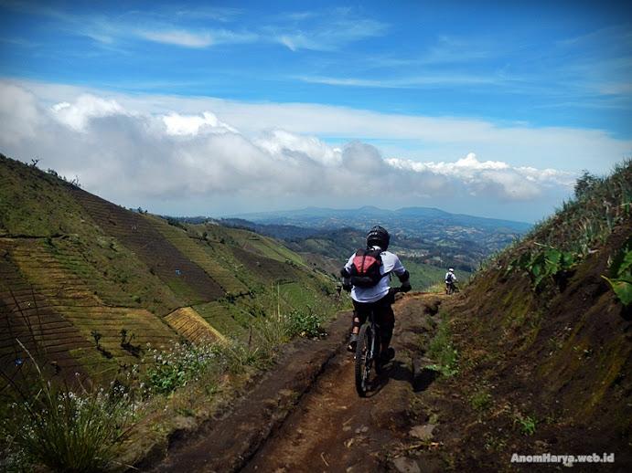 Menuruni bukit menuju Desa Argosari