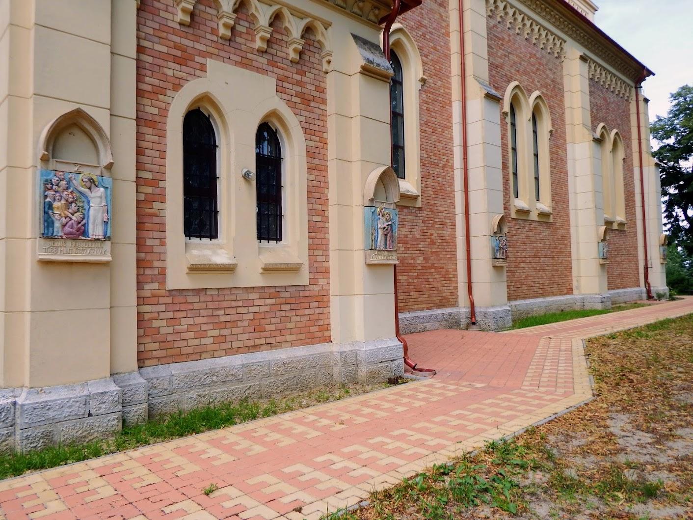Dunaszentmiklós - Szent Miklós püspök rk. templom és keresztút a templom külső falán