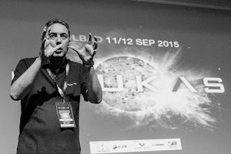 """Photo: El ilusionista César @EDocet, en el preciso instante en que hace desaparecer el """"yo"""" de los presentes."""