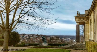Photo: Le Penseur sur le tombeau de Rodin à la Villa des Brillants - e-guide balade à vélo de Versailles à Meudon par veloiledefrance.com