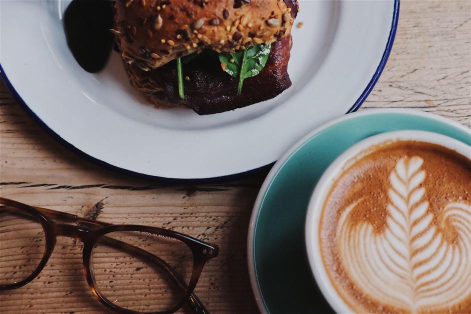 Afbeelding met bord, tafel, kop, voedsel  Automatisch gegenereerde beschrijving