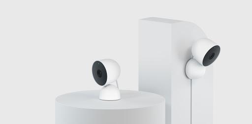 Nest Cam posizionate su diversi supporti per mostrare varie opzioni di montaggio e prospettive.
