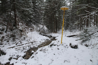 Photo: Hore dolinou vedie modrá značka. Snehu je málo, pod ním občas ľad, takže podmienky na výstup strmou dolinou nie veľmi vhodné