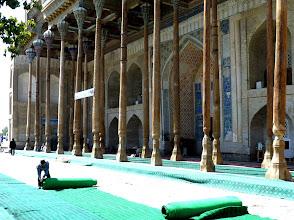 Photo: Moschee Bolo Hauz (18. - 20. Jhdt.): Vorbereitungen fürs Freitagsgebet