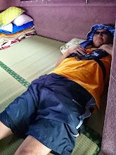 """Photo: ヒトが釣った魚で盛り上がりすぎて熟睡の""""オオイシさん""""。 ・・・コラーッ! 釣らんか~い!"""