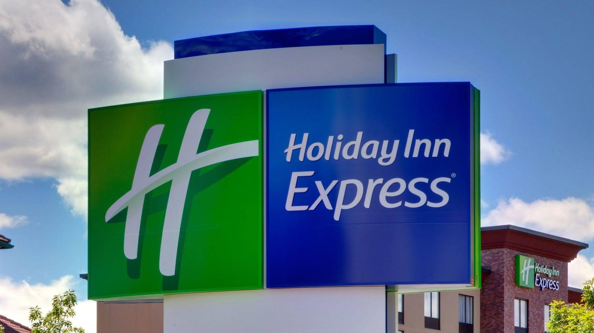 Holiday Inn Express and Suites Cincinnati NE Red Bank Road