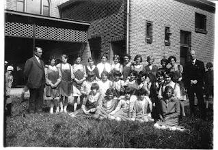 Photo: 1936  bij patronaatgebouw aan de Doelen met o.a. Trees en Anneke Nooren