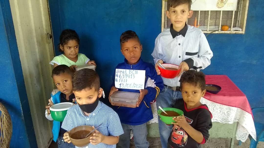 crianças venezuelanas com prato na mão e endereço de bitcoin cash