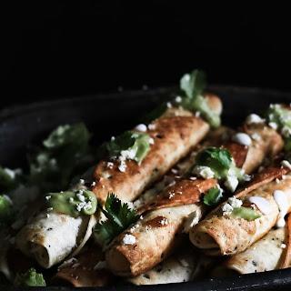 Flautas integrais de frango com molho picante de abacate # Whole wheat, chicken flautas with hot avocado sauce