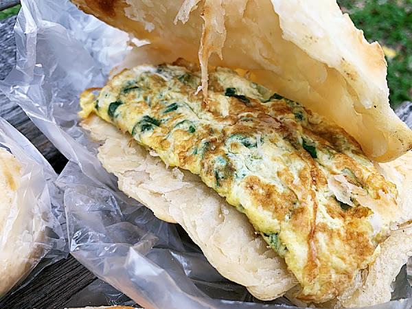 鳳山車站無名燒餅 – 招牌燒餅夾蔥蛋 好吃到在地人天天排隊也不想分享的美味老店
