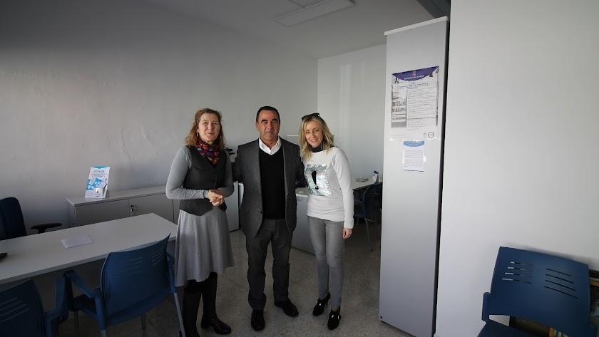 Alcalde de La Mojonera inaugurando la oficina.