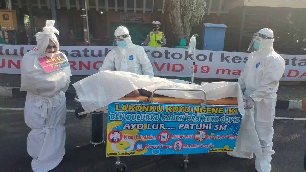 Polisi di Magetan Sosialisasi Protkes Dengan Pocong