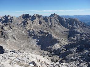 Photo: Vista atrás desde la cima con Horcados Rojos, Picos de Santa Ana, a fondo ,la inconfundible Morra de Lechugales y a la derecha Peña Vieja