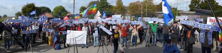 Friedensbewegte mit Fahnen und Transparenten.