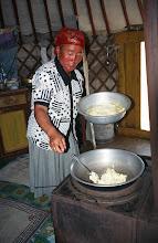 Photo: 03231 ブルド/バスハダール家/シャル・トス(乳製品)作り/ウルムを弱火で煮るとモロモロの状態になり、液体のシャル・トスと残りのツァガーン・トスができる。