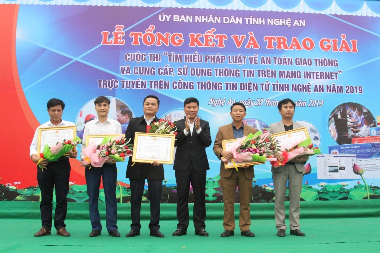Tặng Bằng khen của UBND tỉnh cho 5 đơn vị đạt Giải tập thể