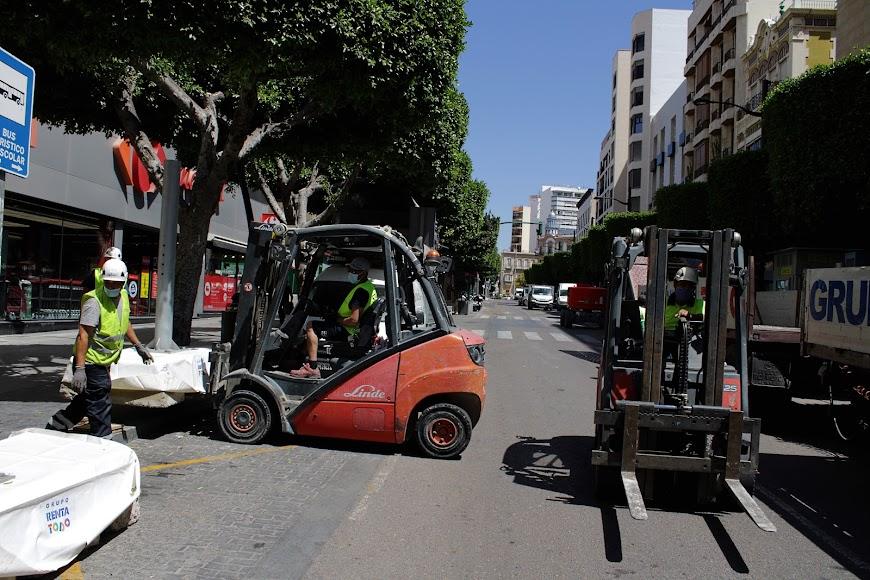La instalación de los toldos del Paseo de Almería para facilitar el paseo de los ciudadanos.