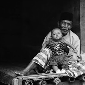 Momong Cucu by Arif Hari - People Family