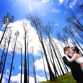 by Maynard Caryabudi - Wedding Bride & Groom