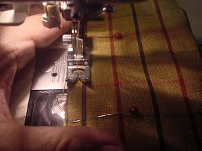 Photo: 23)竿袋(クロスバッグ)を縫います。木綿生地でチェックなので模様を合わせて縫うのにコツが要ります。縫い上がりましたらティップを保護する心棒を1本、端に入れて竿袋の完成です。