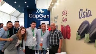 El equipo de CapGen Seeds en la feria agrícola.