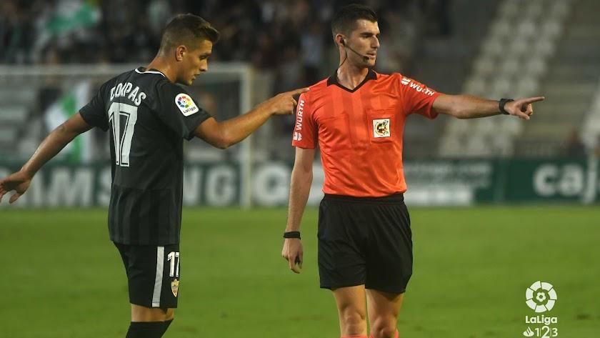 El árbitro le enseña a Corpas el camino del vestuario.