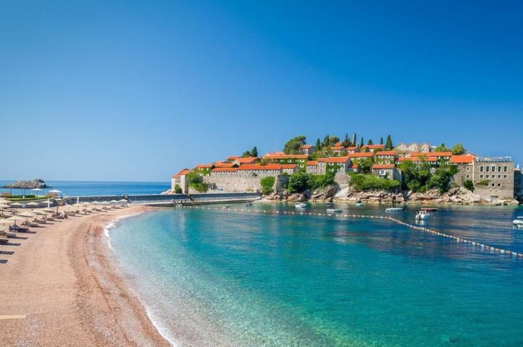 У Чорногорії на пляжах п'ятизіркових готелів запроваджуються нові стандарти. Фото seainside.club