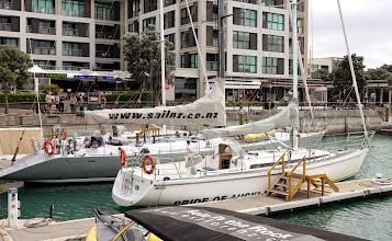 Photo: Purjeveneitä Aucklandin satamassa
