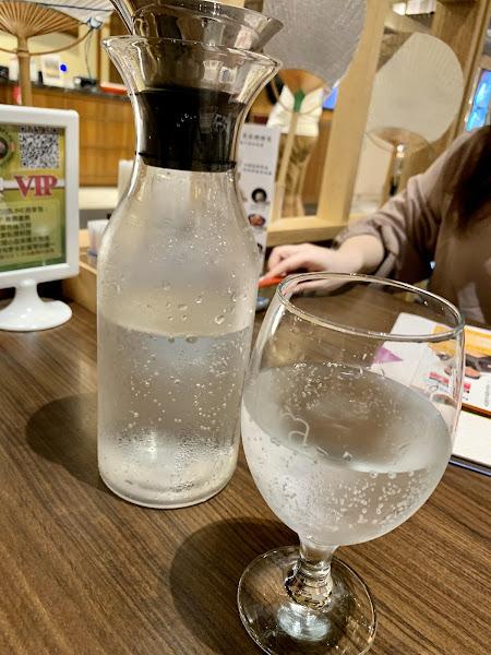 提供氣泡水喝到飽。新鮮脆口(有口感)的大蝦。