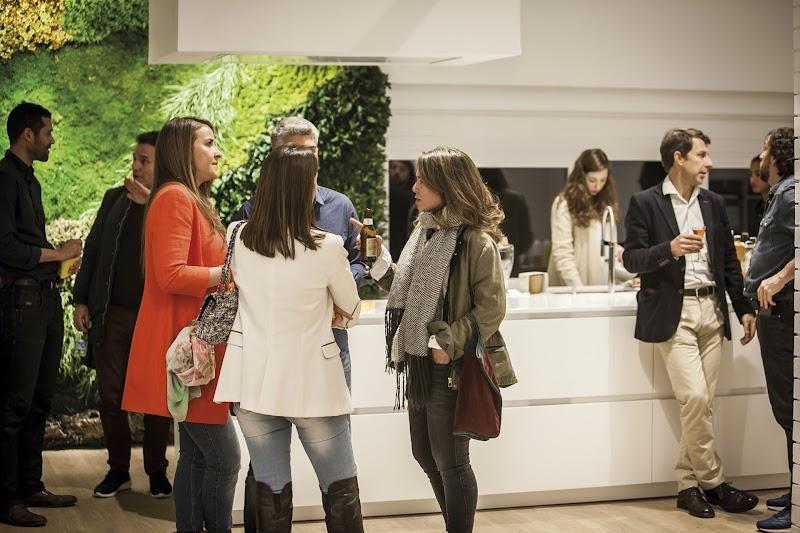 Santos diseña una cocina blanca para el nuevo showroom de Espacio Mood en Barcelona