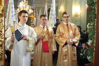Photo: Кандидати до свячень входять до святилища