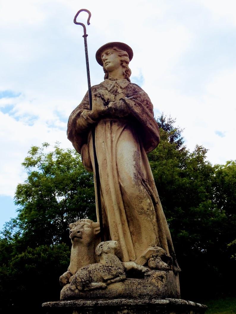 Etyek - Szent Vendel-szobor a kálvária előtt