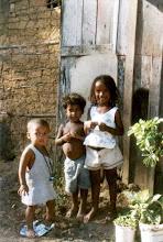 Photo: Curiosidade a respeito do futuro. Durante a brincadeira, os olhos vivos acompanham o caminho da pesquisa sobre o território quilombola. Linharinho, dezembro/ 2004