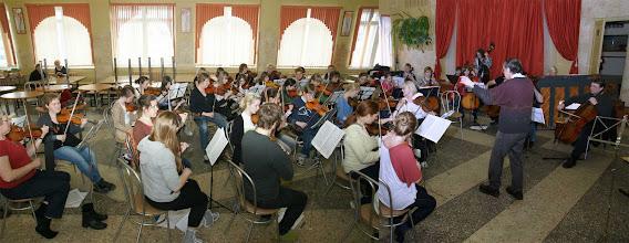Photo: Вид школьной столовой, преобразованной на время семинара в репетиционный зал.