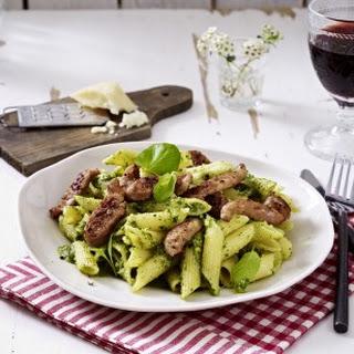 Penne mit Salbei-Basilikum-Pesto und Salsiccia