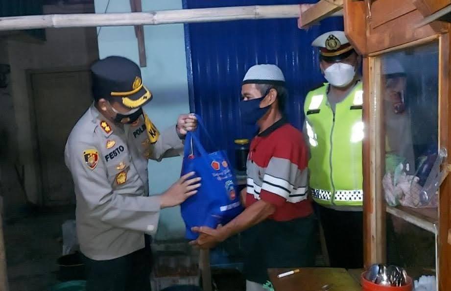 Patroli PPKM di Magetan Sekaligus Bagikan Bansos