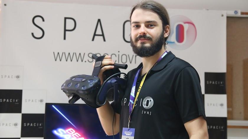Javier González, con unas gafas de VR