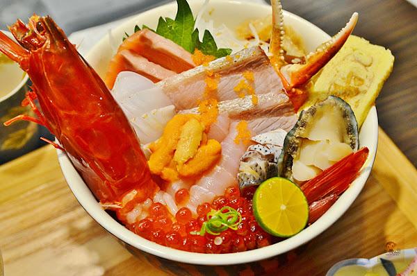 虎丼日式丼飯專賣~平價海鮮丼飯新開幕,推薦便宜好吃的鮭魚親子丼和超澎湃的豪華海鮮丼,味噌魚湯、飲料免費喝到飽,打卡再送鮭魚握壽司