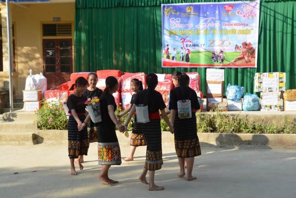 Tiết mục văn nghệ của các em học sinh trường THCS Hữu Khuông