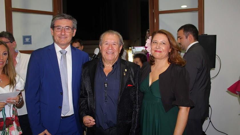 Manuel Cortés, alcalde de Adra; Juan Mena, pregonero; y Carmen Crespo, consejera de Agricultura.