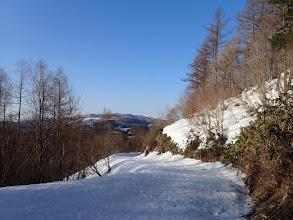 右の雪のついた斜面から登るが…