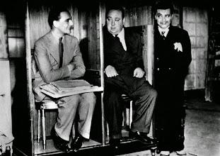 """Photo: John Gielgud, Hitchcock e Peter Lorre como um mexicano em """"Agente Secreto""""."""