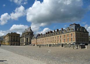 Photo: #003-Une aile du château et la chapelle royale