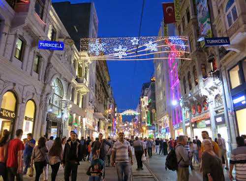 Top Thing to Do in Istanbul Itinerary 3 days // Istiklal Caddesi by Night, Beyoglu