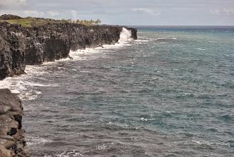 Photo: onde contro un muro di lava