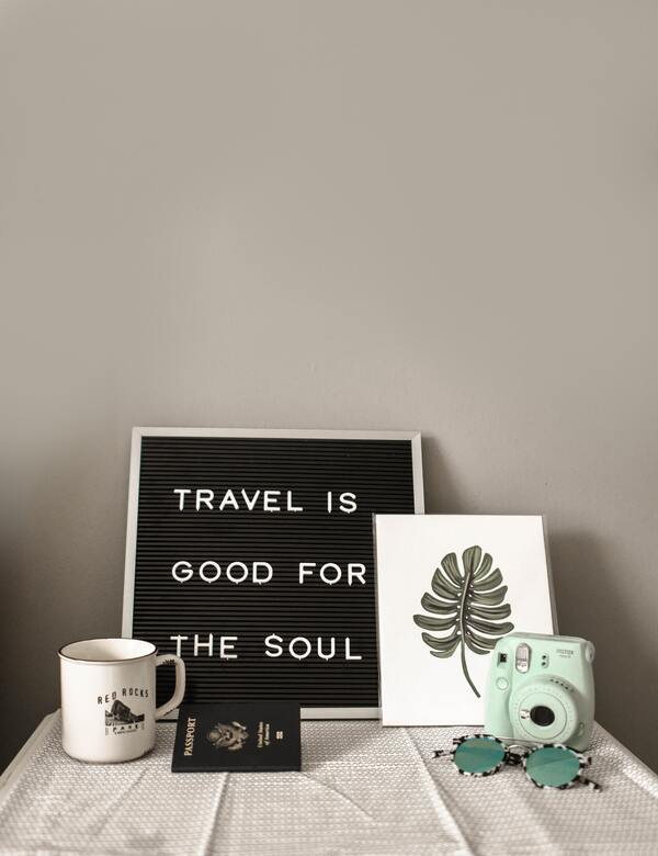 """placa com os dizeres """"travel is good for the soul"""""""